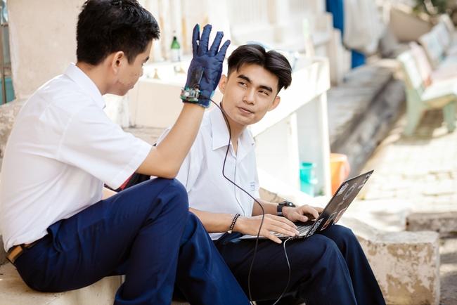 2 nam sinh 10X Sài Gòn chế tạo Găng tay chuyển ngữ giúp người câm điếc có thể nói chuyện bằng lời - Ảnh 6.