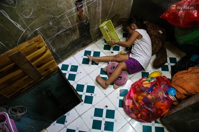 Cảnh sống ngột ngạt của hai mẹ con trong ngôi nhà 1m2 ở Sài Gòn, không nhà vệ sinh và nước sinh hoạt - Ảnh 7.