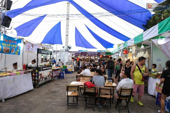 Trung tâm Sài Gòn chính thức khai trương khu phố bán hàng rong, khách đến nườm nượp - Ảnh 2.