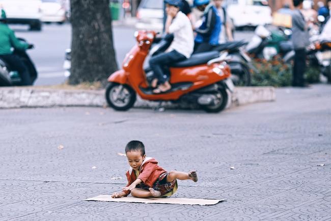 Nhiều người xúc động và muốn giúp cậu bé 4 tuổi trong bức ảnh xếp dép được đi học miễn phí - Ảnh 2.