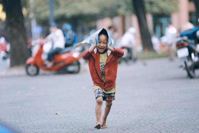 Nhiều người xúc động và muốn giúp cậu bé 4 tuổi trong bức ảnh xếp dép được đi học miễn phí - Ảnh 3.