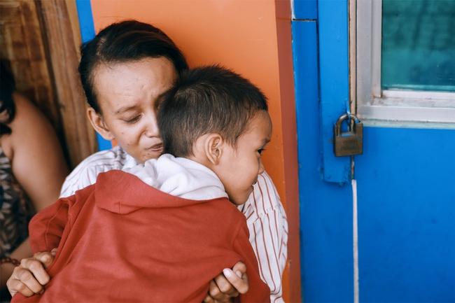 Nhiều người xúc động và muốn giúp cậu bé 4 tuổi trong bức ảnh xếp dép được đi học miễn phí - Ảnh 1.