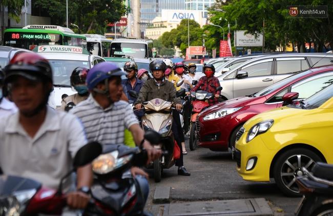 Giao thông ở Sài Gòn rối như canh hẹ sau khi phân luồng thi công nhà ga trung tâm Bến Thành - Ảnh 13.