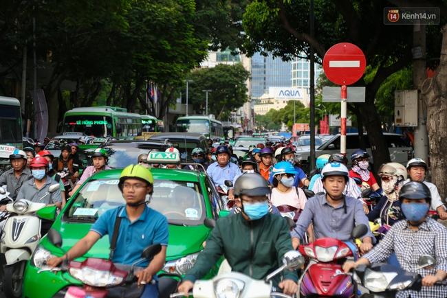 Giao thông ở Sài Gòn rối như canh hẹ sau khi phân luồng thi công nhà ga trung tâm Bến Thành - Ảnh 9.