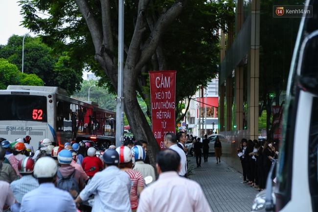Giao thông ở Sài Gòn rối như canh hẹ sau khi phân luồng thi công nhà ga trung tâm Bến Thành - Ảnh 3.