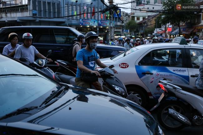 Giao thông ở Sài Gòn rối như canh hẹ sau khi phân luồng thi công nhà ga trung tâm Bến Thành - Ảnh 15.