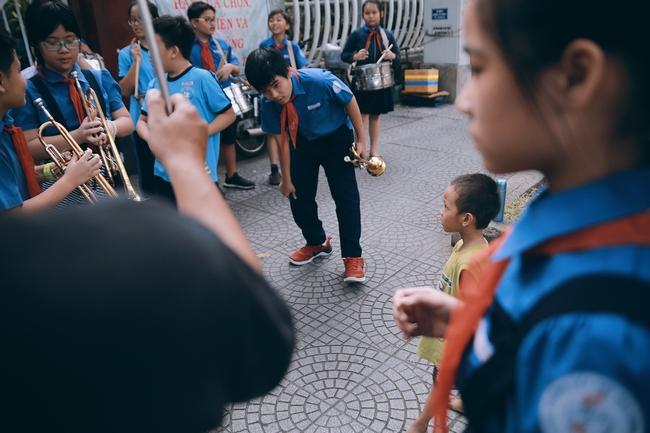 Nhiều người xúc động và muốn giúp cậu bé 4 tuổi trong bức ảnh xếp dép được đi học miễn phí - Ảnh 5.
