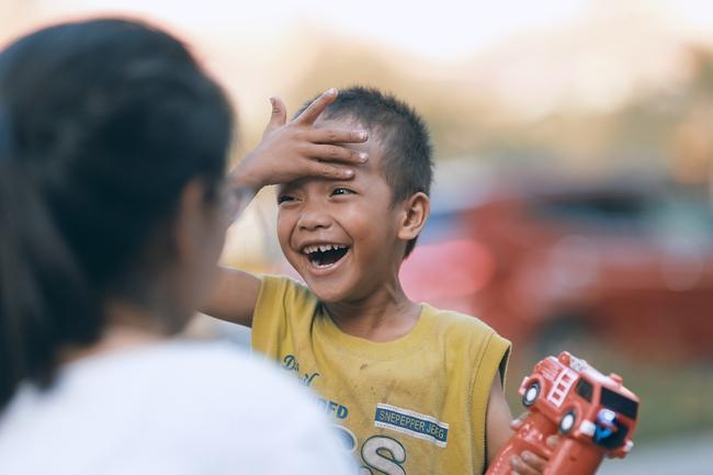 Nhiều người xúc động và muốn giúp cậu bé 4 tuổi trong bức ảnh xếp dép được đi học miễn phí - Ảnh 10.