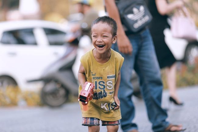 Nhiều người xúc động và muốn giúp cậu bé 4 tuổi trong bức ảnh xếp dép được đi học miễn phí - Ảnh 11.