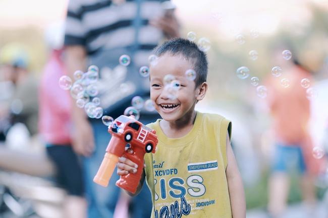 Nhiều người xúc động và muốn giúp cậu bé 4 tuổi trong bức ảnh xếp dép được đi học miễn phí - Ảnh 6.