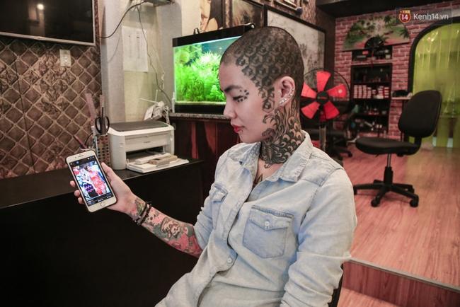 Cô gái cạo trọc và xăm kín đầu vì muốn lập kỉ lục người phụ nữ có nhiều hình xăm nhất Việt Nam - Ảnh 2.