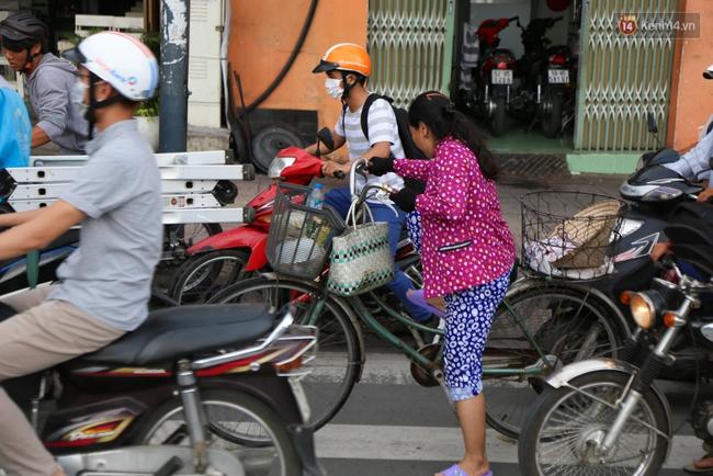 Kẹt xe kéo dài hơn 2km trên đại lộ Phạm Văn Đồng sau cơn mưa lớn ở Sài Gòn - Ảnh 12.