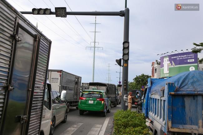 Kẹt xe kéo dài hơn 2km trên đại lộ Phạm Văn Đồng sau cơn mưa lớn ở Sài Gòn - Ảnh 4.