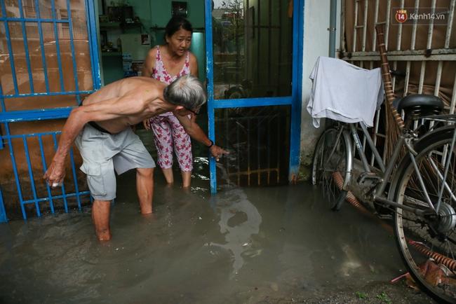Thời tiết Sài Gòn mưa lớn, nhiều nhà dân trên đại lộ Phạm Văn Đồng ngập úng - Ảnh 5.