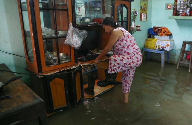 Thời tiết Sài Gòn mưa lớn, nhiều nhà dân trên đại lộ Phạm Văn Đồng ngập úng - Ảnh 7.