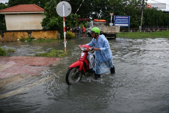 Thời tiết Sài Gòn mưa lớn, nhiều nhà dân trên đại lộ Phạm Văn Đồng ngập úng - Ảnh 10.