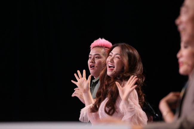 Hòa Minzy hú hét, phát cuồng vì trai cơ bắp trên truyền hình - Ảnh 2.