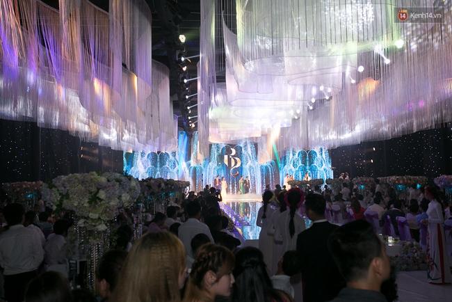 Hoài Linh, Trấn Thành cùng dàn sao Việt hào hứng tụ hội tại đám cưới khủng  - Ảnh 11.
