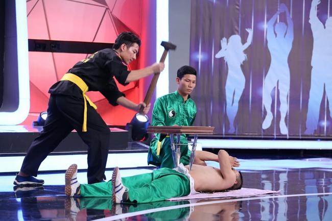 Hòa Minzy, Thanh Duy hoảng sợ thực sự với màn đâm giáo vào bụng - Ảnh 4.