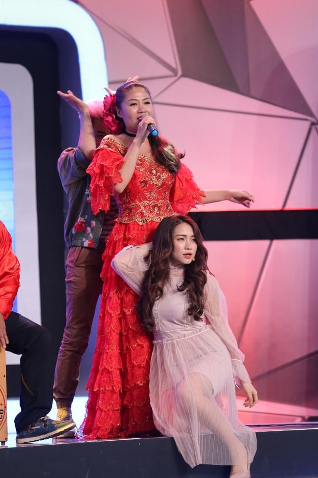 Hòa Minzy, Thanh Duy hoảng sợ thực sự với màn đâm giáo vào bụng - Ảnh 12.