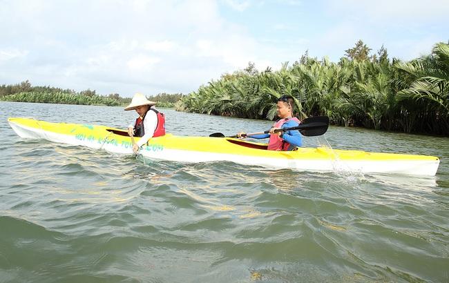 Khách Tây mua tour 10 USD để được chèo thuyền... vớt rác trên sông Hoài, Hội An - ảnh 7