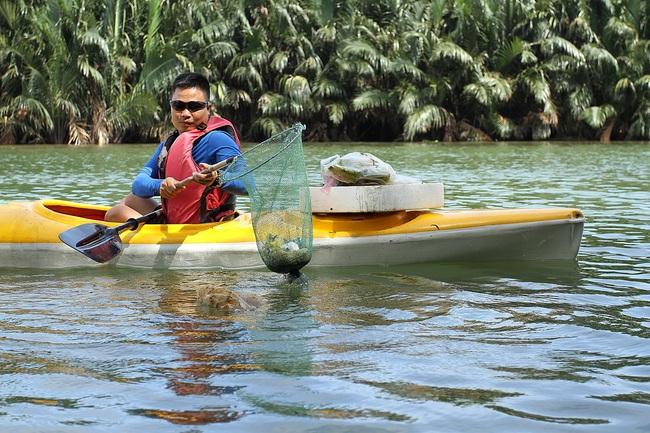 Khách Tây mua tour 10 USD để được chèo thuyền... vớt rác trên sông Hoài, Hội An - ảnh 5