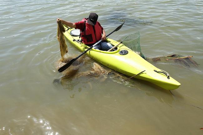 Khách Tây mua tour 10 USD để được chèo thuyền... vớt rác trên sông Hoài, Hội An - ảnh 9