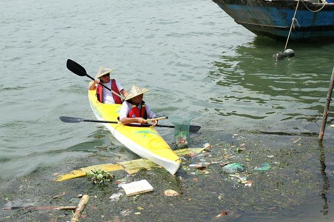 Nhiều người vô tư xả rác, còn khách Tây bỏ 10 USD để mua tour du lịch vớt rác trên sông Hoài, Hội An - Ảnh 7.
