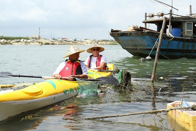 Khách Tây mua tour 10 USD để được chèo thuyền... vớt rác trên sông Hoài, Hội An - ảnh 21