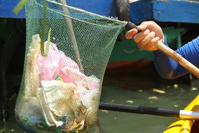 Khách Tây mua tour 10 USD để được chèo thuyền... vớt rác trên sông Hoài, Hội An - ảnh 12