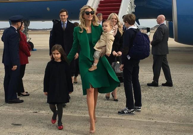 Tưởng bà Trump đã xuất sắc lắm, ai ngờ con gái ông Trump còn mặc đẹp hơn cả mẹ mình - Ảnh 1.