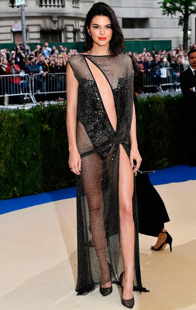 Suốt ngày diện đồ lưới xuyên thấu mặc cũng như không thế này chỉ có thể là đôi bạn cùng tiến Kendall Jenner - Bella Hadid - Ảnh 11.