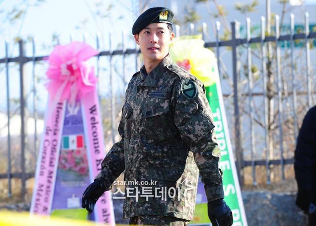 Mặc scandal hành hung, Kim Hyun Joong vẫn được hơn 1.500 fan đến đón ngày xuất ngũ - Ảnh 2.