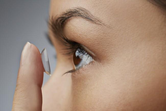 Những ai hay dùng kính áp tròng cần né ngay những lỗi sai gây nguy hiểm đến mắt sau - Ảnh 2.