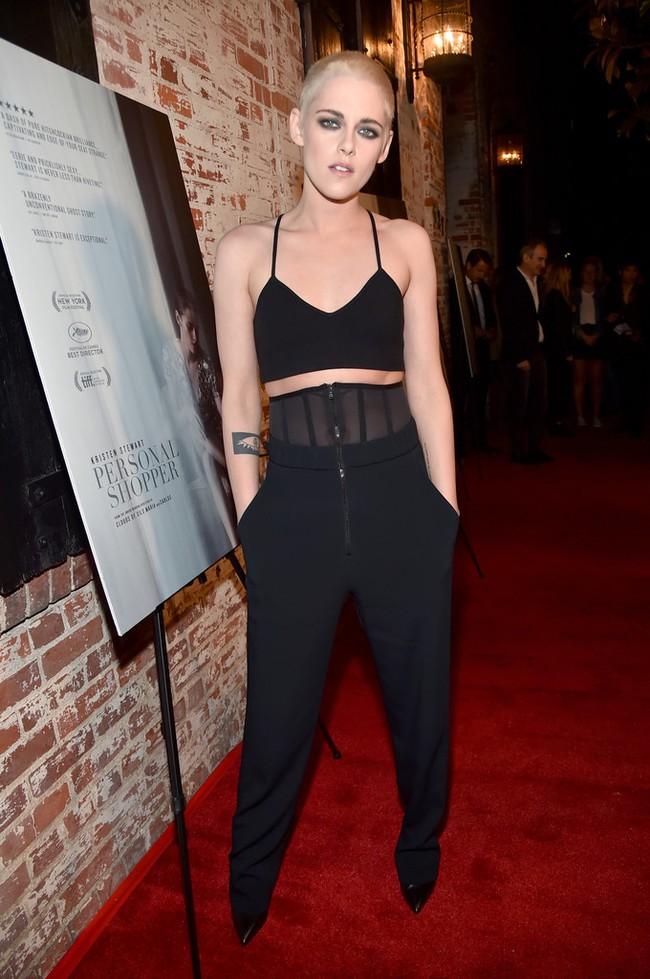Kristen Stewart gây bất ngờ khi cạo đầu, nhuộm tóc vàng bạc kim quá nam tính - Ảnh 2.