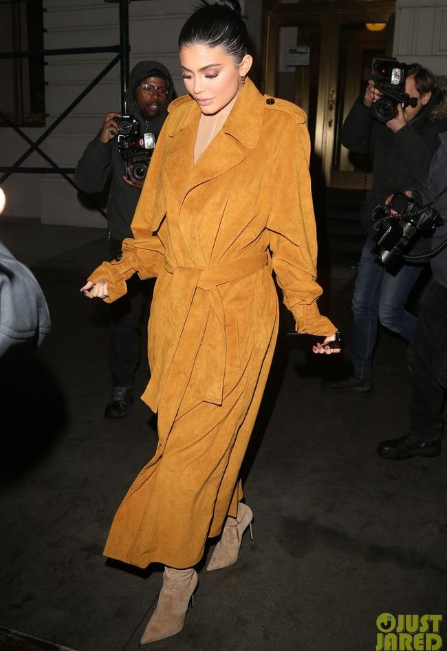 Không còn ngôn từ nào diễn tả nổi về thời trang phản cảm của Kylie Jenner! - ảnh 4