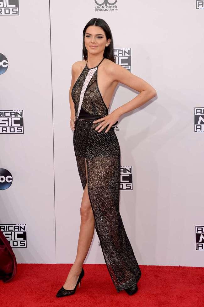 Suốt ngày diện đồ lưới xuyên thấu mặc cũng như không thế này chỉ có thể là đôi bạn cùng tiến Kendall Jenner - Bella Hadid - Ảnh 17.