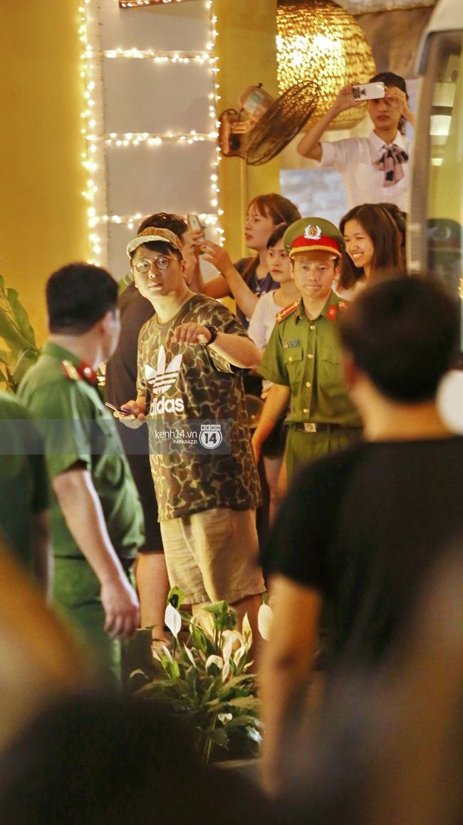 Clip cận cảnh: Kyuhyun và Mino thân thiện chào fan, cùng Ahn Jae Hyun rời khỏi nhà hàng tại Hà Nội - Ảnh 2.
