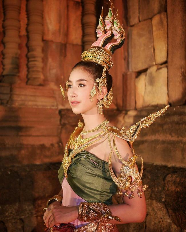 Vẻ đẹp thần thánh của các mỹ nhân hàng đầu Thái Lan trong trang phục truyền thống đón Tết Songkran - Ảnh 24.