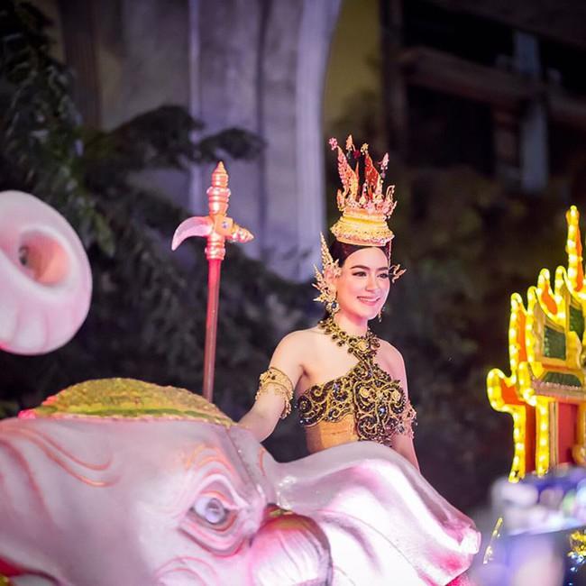 Vẻ đẹp thần thánh của các mỹ nhân hàng đầu Thái Lan trong trang phục truyền thống đón Tết Songkran - Ảnh 2.