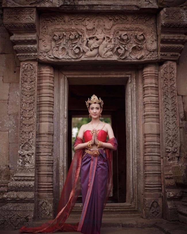 Vẻ đẹp thần thánh của các mỹ nhân hàng đầu Thái Lan trong trang phục truyền thống đón Tết Songkran - Ảnh 19.