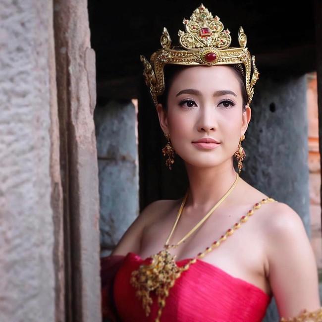 Vẻ đẹp thần thánh của các mỹ nhân hàng đầu Thái Lan trong trang phục truyền thống đón Tết Songkran - Ảnh 20.