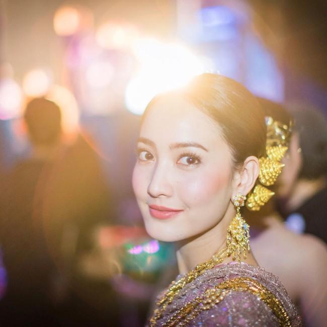 Vẻ đẹp thần thánh của các mỹ nhân hàng đầu Thái Lan trong trang phục truyền thống đón Tết Songkran - Ảnh 21.