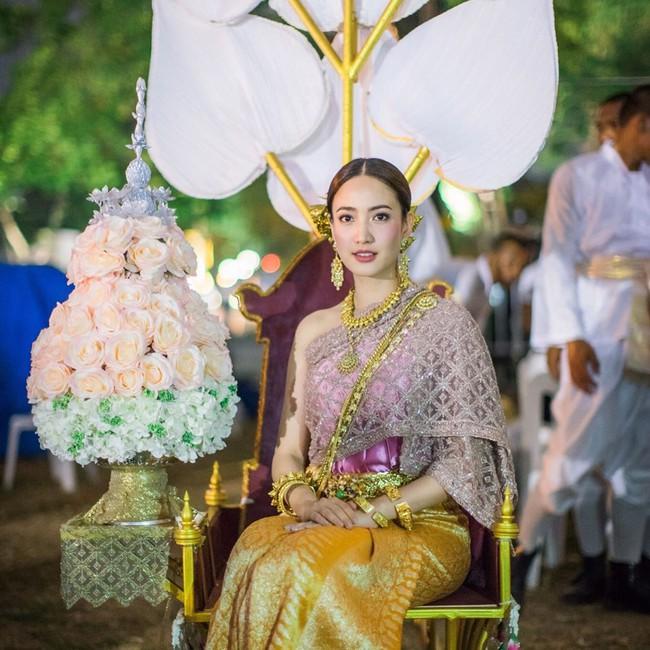 Vẻ đẹp thần thánh của các mỹ nhân hàng đầu Thái Lan trong trang phục truyền thống đón Tết Songkran - Ảnh 22.