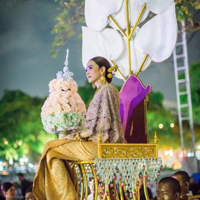 Vẻ đẹp thần thánh của các mỹ nhân hàng đầu Thái Lan trong trang phục truyền thống đón Tết Songkran - Ảnh 23.