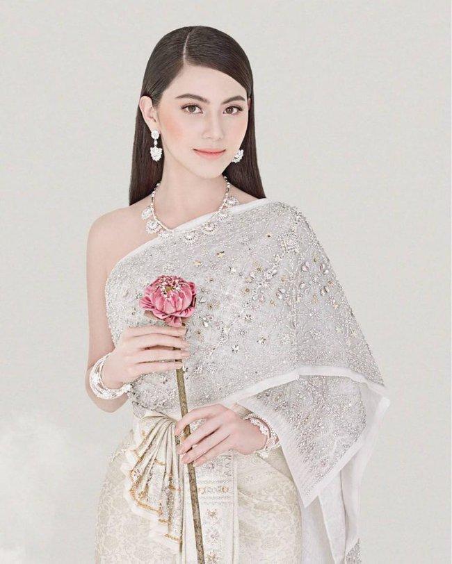 Vẻ đẹp thần thánh của các mỹ nhân hàng đầu Thái Lan trong trang phục truyền thống đón Tết Songkran - Ảnh 8.