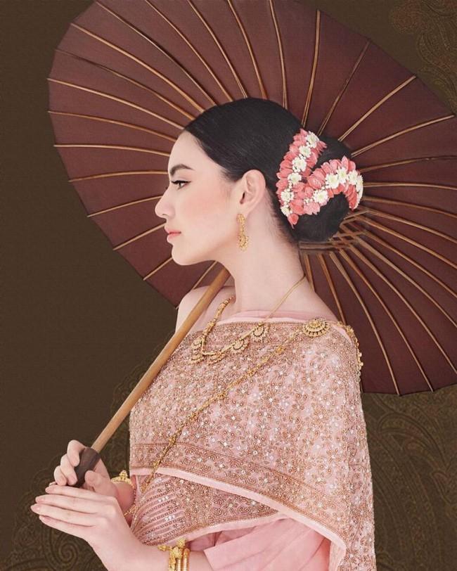 Vẻ đẹp thần thánh của các mỹ nhân hàng đầu Thái Lan trong trang phục truyền thống đón Tết Songkran - Ảnh 7.