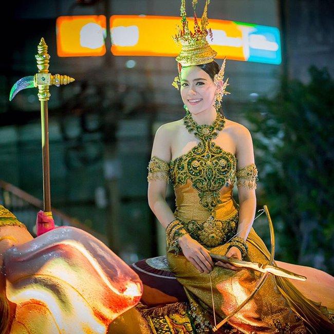 Vẻ đẹp thần thánh của các mỹ nhân hàng đầu Thái Lan trong trang phục truyền thống đón Tết Songkran - Ảnh 3.