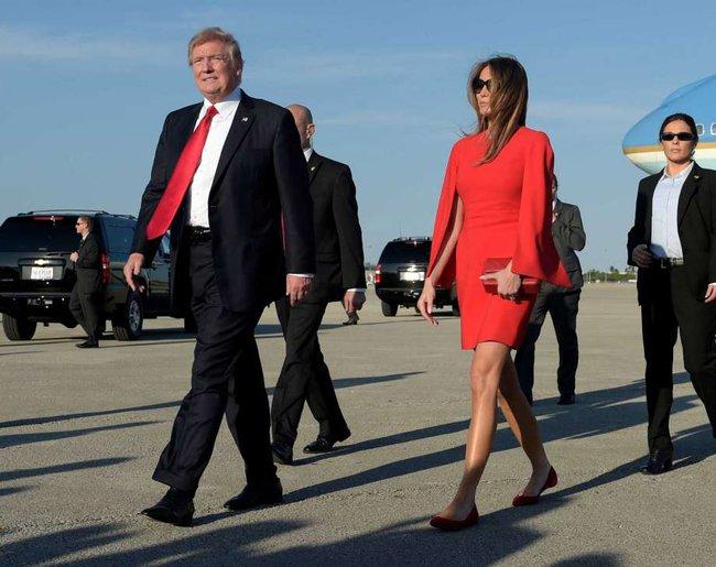 Đang toàn đi cao gót chênh vênh, bà Trump bỗng thay đổi 180 độ khi diện giày bệt hiền lành - Ảnh 1.