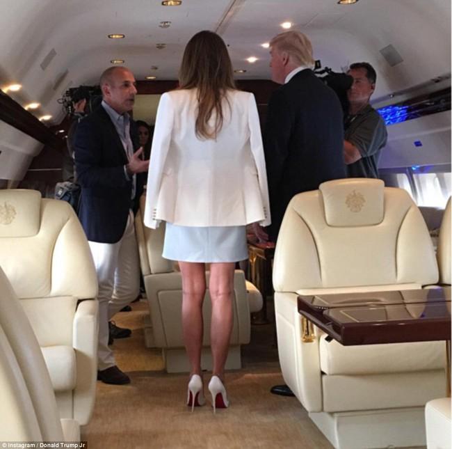 Đang toàn đi cao gót chênh vênh, bà Trump bỗng thay đổi 180 độ khi diện giày bệt hiền lành - Ảnh 3.